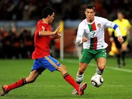 انتهت مباراة إسبانيا أمام البرتغال بالتعادل السلبي اليوم الجمعة على أرضية واندا متروبوليتانو في مدريد بحضور الجماهير للمرة الأولى في العاصمة منذ تفشي فيروس. حلم المونديال ملف إسبانيا البرتغال 2018 Goal Com