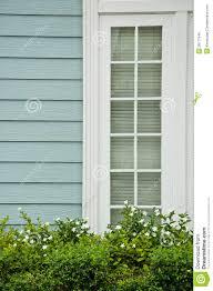 Das Holzhaus Mit Weißem Fenster Und Weißer Blume Stockbild Bild