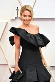 Kelly Ripa brags about 'dancer' body in ...