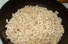 куриный фарш с луком на сковороде