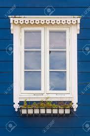 Holzfassade In Blau Mit Einem Weißen Fenster In Norwegen Lizenzfreie