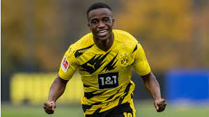 While most kids his age might be striving to get good exam results, youssoufa moukoko has battled to make history. Dortmund Lance Dans Le Grand Bain Youssoufa Moukoko A Une Faim De Lion Goal Com