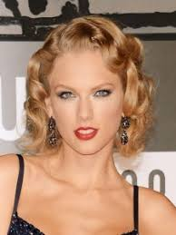 taylor swift at the 2016 vma with clean smoky eye makeup and clean foundation
