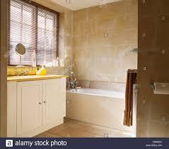 Kalkstein Geflieste Wand über Bad Im Modernen Badezimmer Mit