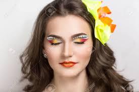 若い美人女性モデルの女性女優肯定的な明るい春夏アートを見てシック