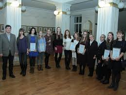 Кафедра искусствоведения  на фото студенты кафедры получают награды на Региональной олимпиаде по искусствоведению