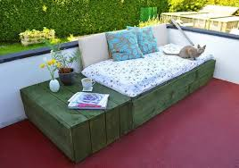 Use pallets to create a modern and chic patio daybed - why buy expensive  outdoor furniture