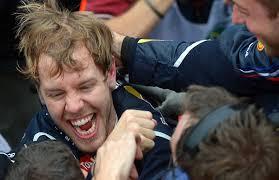 Freudentränen fließen bei Vettels Pressesprecherin Britta Röske. Der Weltmeister tröstet - die-mechaniker-fassen-vettel-in-die-haare-dieser-hat-sichtlich-spass-