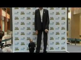 le plus grand homme du monde rencontre le plus petit
