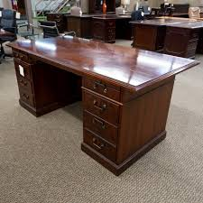 used traditional executive office desk walnut dee1531 001