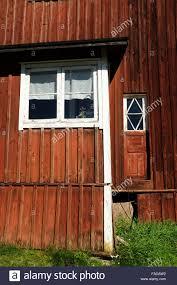 Roten Finnischen Holzhaus Weiße Fenster Grünen Rasen Stockfoto