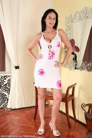 Brunette Milf Enza Show Off Her Titties Milf Fox