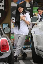 kylie jenner no makeup natural cal sweatpants and t shirt gucci backpack look with smoothies
