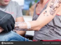 Detail Zabalené Předloktí Mladé ženy Po Získání Tetování Stock