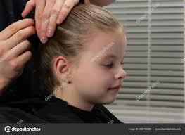 Stylový Kadeřnictví Vytvoří účes Pro Večer Malá Holka Bodnutí Vlasy