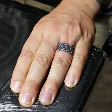 тату фото на безымянном пальце