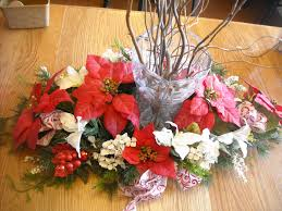 Modish Christmas Table Arrangements With Colorful Flowers Redand White  Colors Also Unique Glass Vase At Glossy Wooden Dining Table For Inspiring  Christmas ...