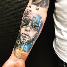 фото цветного тату в стиле реализм на предплечье парня фото