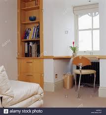 Kleine Metall Stuhl Im Regal Unter Fenster In Modernen Schlafzimmer