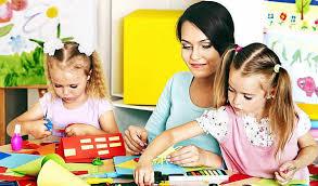 Взаимодействие семьи и школы в воспитании детей способы  Мама с дочками занимаются раскрасками