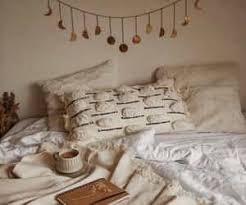 dormitor cu perete de sticla langa bucatarie intr o garsoniera