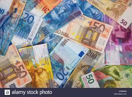 Sfondo costituito di euro e franco svizzero banconote Foto stock - Alamy