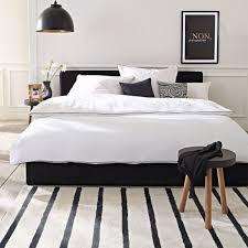 Wandgestaltung Mit Farbe Streifen Schlafzimmer Schön Schwarzes Bett