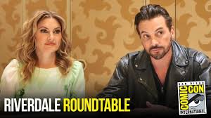 Mädchen Amick & Skeet Ulrich Riverdale Roundtable Interview at Comic Con  2018 - YouTube