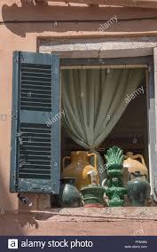 Eine Offene Holz Shutter über Einem Fenster In Kerkyra