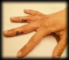 Tetování Písmo Na Prstech Love A Family Tetování Tattoo