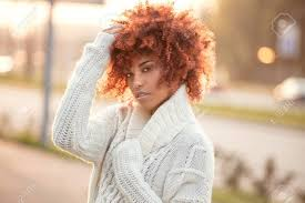 アフロの髪型と美しいアフリカ系アメリカ人少女の秋の屋外のポートレート