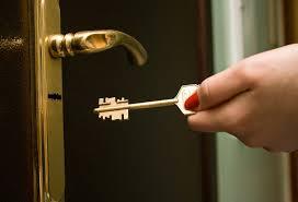 Vamos dar dicas de como tirar o pedaço da chave quebrada de dentro da fechadura, mas o ideal é que um chaveiro seja chamado, assim é uma garantia que você conseguirá sair do ambiente e que sua porta será consertada sem maiores estragos. Como Remover Uma Chave Quebrada Da Fechadura Ideias Manutencao Condominios