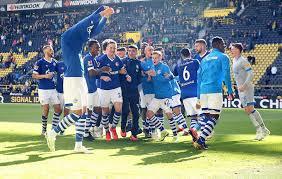 Schalke gegen BVB: Von spektakulären Spielen und einer mutigen Aktion -  Reviersport