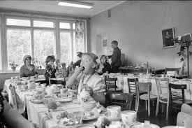Советское и современное образование Назад в СССР back in ussr Во времена перестройки из за спада рождаемости и появления такого понятия как естественная убыль населения многие здания дошкольного образования