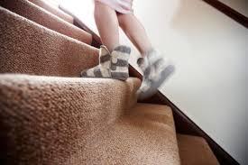 Es gibt viele, die anstatt holztreppen lieber ihre treppenstufen mit teppich belegen wollen. Treppenlaufer Verlegen Anleitung In 6 Schritten
