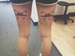 татуировки бантов на задних сторонах бедер фото татуировок