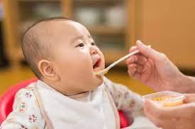 Cách cho bé ăn dặm lần đầu tiên mà mẹ bỉm cần lưu ý - Bách Hóa CC