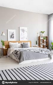 Gestreiften Teppich Grau Schlafzimmer Innenraum Mit Plakaten über