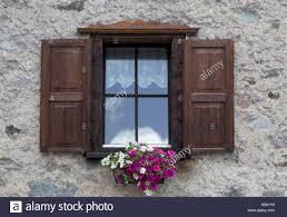 Mit Geöffneten Fensterläden Aus Holz Und Blumen Livigno Italien