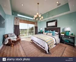 Schlafzimmer Mit Kronleuchter Stockfoto Bild 217392614 Alamy