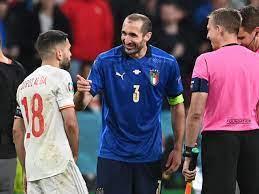 Kuriose Szene vor Elfmeterschießen zwischen Italien und Spanien: Giorgio  Chiellini scherzt beim Münzwurf mit Jordi Alba - Eurosport
