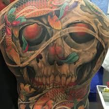 цветная татуировка на мужской спине череп и карпы фото рисунки