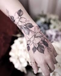 тату на кисти руки для девушек розы узоры надписи цветы 35