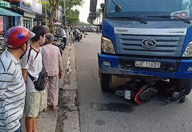 Dừng đèn đỏ ở Đà Nẵng, cô gái bị xe tải cán chết khi đang đi làm -  VietNamNet