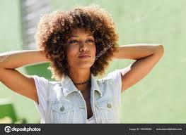 černá žena Afro účes Nosí Ležérní Oblečení V Městských Bac Stock