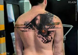 мужская татуировка на спине в стилетреш полька тату фото пример