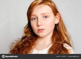 Zábava Portrét Rozkošné červené Vlasy Dívka šedém Pozadí Krása Kid