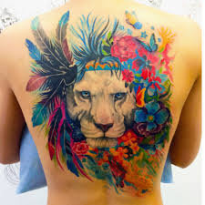 татуировка на спине у девушки лев перья и цветы фото рисунки