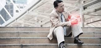 Knieschmerzen um die kniescheibe, vor allem beim treppe runter gehen, sind oft durch fehlsteuerung der kniestabilisierenden muskulatur bedingt. Knieschmerzen Beim Treppensteigen Vorsicht Bei Den Ersten Anzeichen