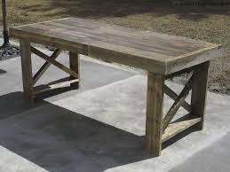 DIY rustic pallet table of discarded pallets (via www.survivefrance.com)